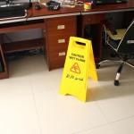 Oreillette anti somnolence Attention Wet Floor Inscription Nettoyage Avertissement Slippery deux sécurité côté danger Cadre d...